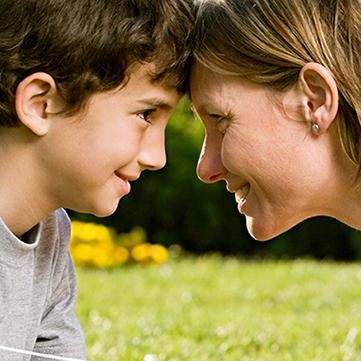 bimbo autistico con mamma | Mente Autism è portatile