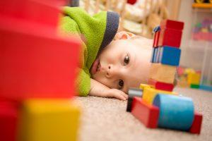 concentrazione bambino autistico nel gioco